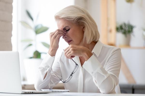 suhe oči v menopavzi pri ženski v beli bluzi