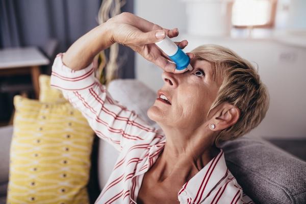 ženska ima suhe oči v menopavzi zato si daje kapljice za oči