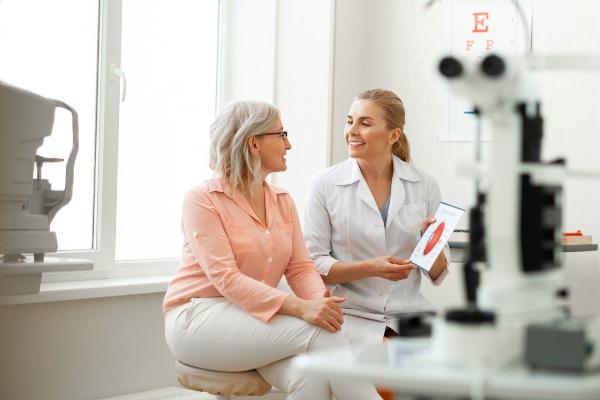 ženska pri oftalmologinji zaradi suhih oči v menopavzi